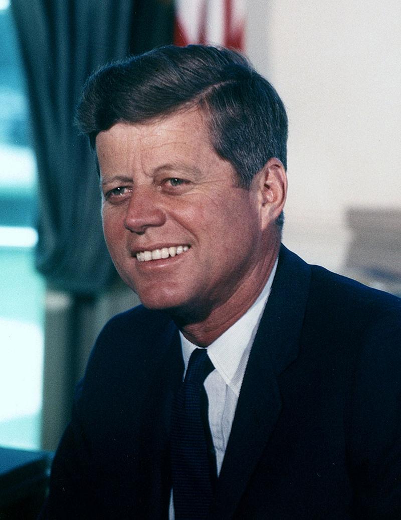 John F. Kennedy foto de Cecil Stoughton sursa Wikipedia