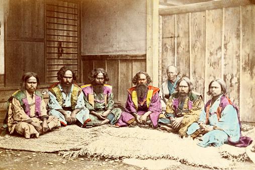 Barbati din populatia ainu, foto Felice Beato, sursa Wikipedia.