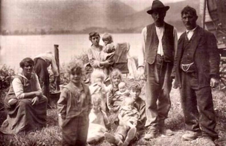 Familie de țigani din Elveția (1928), sursă Wikipedia.