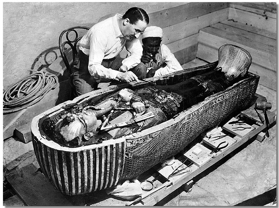 Howard Carter analizând mumia faraonului egiptean Tutankhamon lângă Luxor, Egipt, în 1922. Sursă The New York Times, Wikipedia.