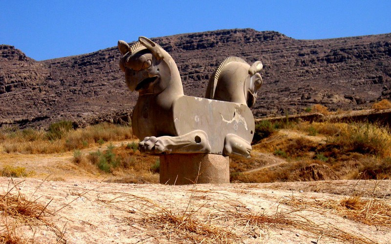 Homa_statue_in_Persepolis